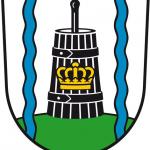 """""""In Silber zwischen zwei blauen Wellenstäben auf grünem Berg ein schwarzes Butterfass, belegt mit einer goldenen Königskrone."""" Das Wappen wurde vom Heraldiker Frank Diemar gestaltet."""